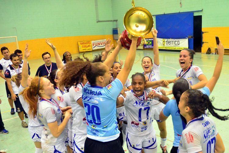 Meninas comemoram o bicampeonato. (Foto: Tião Martins/PMSJC)