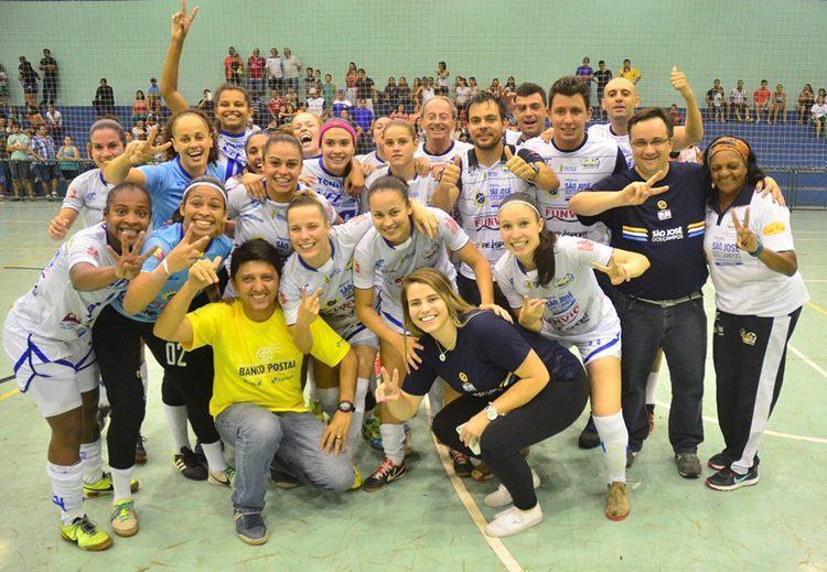 Equipe junto com o secretário de Esportes. (Foto: Tião Martins/PMSJC)