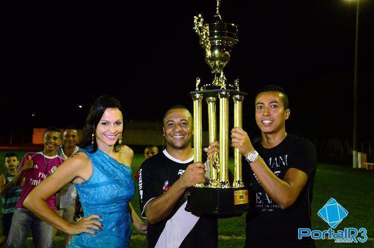 Jardel (dir.), irmão de Luiz Gustavo, fez a entrega do troféu de campeão ao capitão do Vila São José. (Foto: Luis Claudio Antunes/PortalR3)