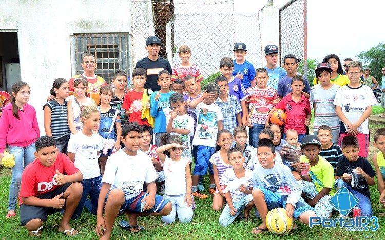 Luiz Gustavo fez a alegria das crianças em Moreira César. (Foto: Luis Claudio Antunes/PortalR3)