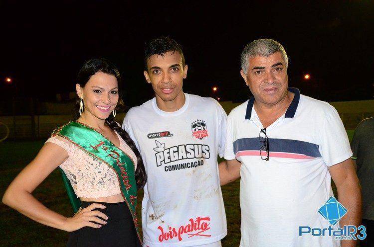 "Luiz Gustavo, ""Macarrão"", presidente da Liga de Futebol, e Andréa Goldoni, 1ª princesa do Futebol 2014. (Foto: Luis Claudio Antunes/PortalR3)"