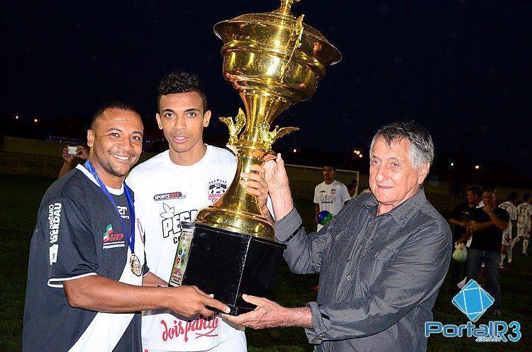 Prefeito Vito Ardito Lerario e Luiz Gustavo fazem a entrega do troféu de campeão ao capitão do Vila São José. (Foto: Luis Claudio Antunes/PortalR3)