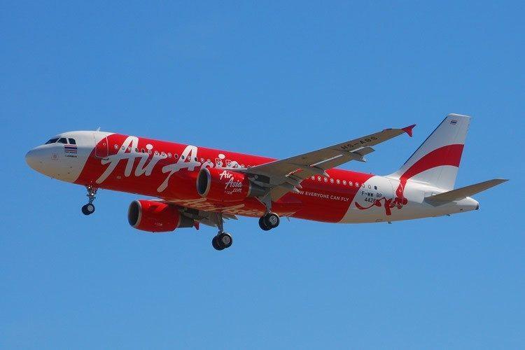 Um Airbus A320-200 da AirAsia, com 155 passageiros a bordo e 7 tripulantes, que fazia a rota entre a Indonésia e Cingapura, sumiu do radar neste domingo (28), informaram o Ministério dos Transportes indonésio e a companhia aérea. Foto: (Arquivo ) – Laurent ERRERA/ Wikimedia Commons)