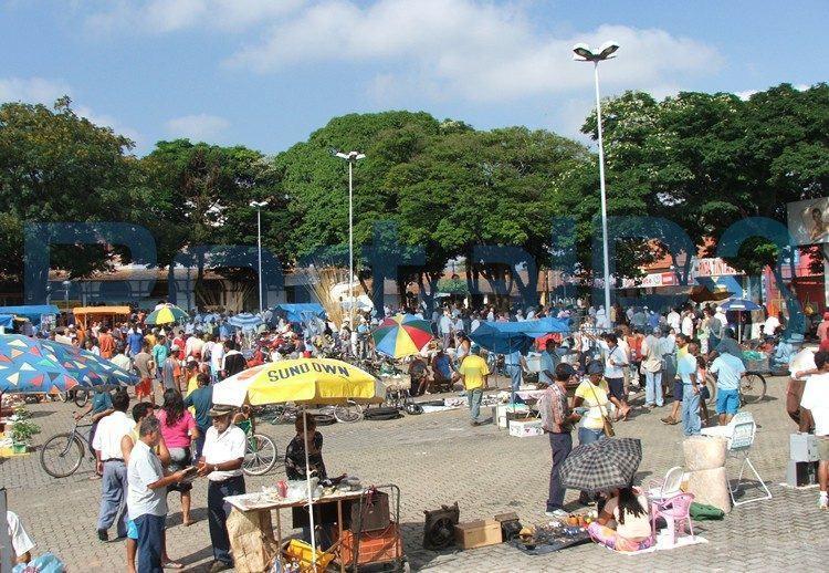 Em 2005 (foto) a feira ainda era realizada na Praça da Liberdade. Atualmente, ela é coberta e abriga feirantes. (Foto: Acervo PortalR3)