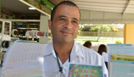 Brasileiros vão às lotéricas apostar na Mega da Virada. Na foto, o garçom Robson Moreira Valter Campanato. (Foto: Divulgação/Agência Brasil)