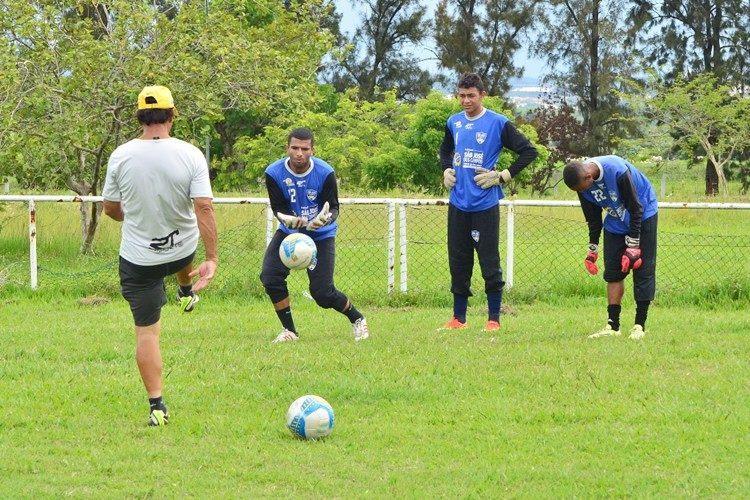 Treino dos goleiros. (Foto: Tião Martins/PMSJC)