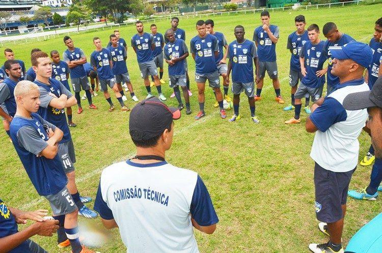 Jogadores durante bate-papo com a comissão técnica. (Foto: Tião Martins/PMSJC)