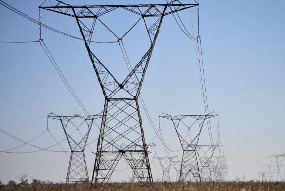 As contas de luz virão com uma cobrança extra como consequência do uso, pelas distribuidoras da energia, das termelétricas, que produzem energia mais cara. (Foto:Marcelo Casal Jr/Agência Brasil)