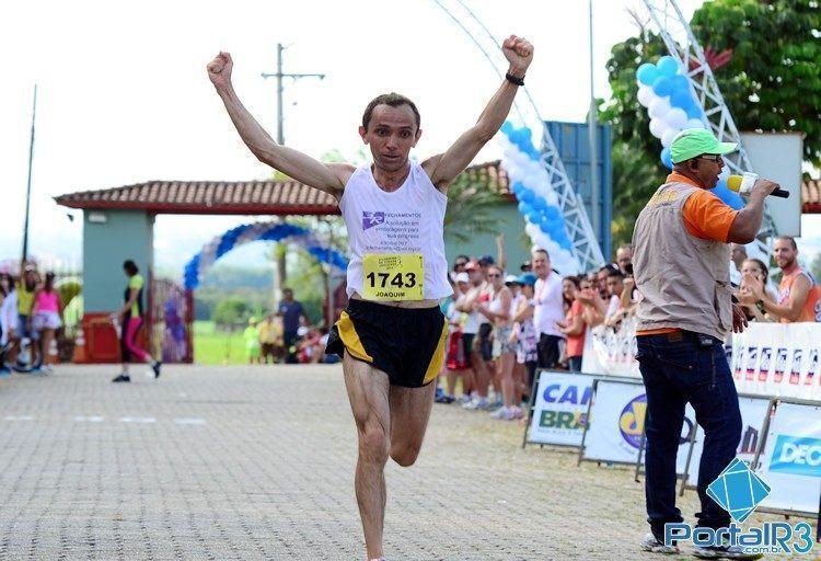 Joaquim Sobrinho cruza a linha de chegada sozinho e comemora a vitória na 4ª edição da Corrida da Virada Joseense. (Foto: Luis Claudio Antunes/PortalR3)