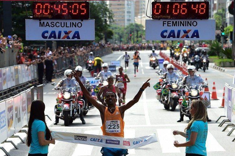 Dawit Admasu comemora vitória na edição 2014 da São Silvestre. (Foto: Djalma Vassão/Gazeta Press)