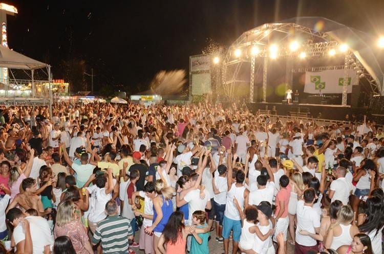 Show pirotécnico na Rua da Praia e MC Lesk agitaram a noite da virada de ano. (Foto: Halsey Madeira   PMSS)