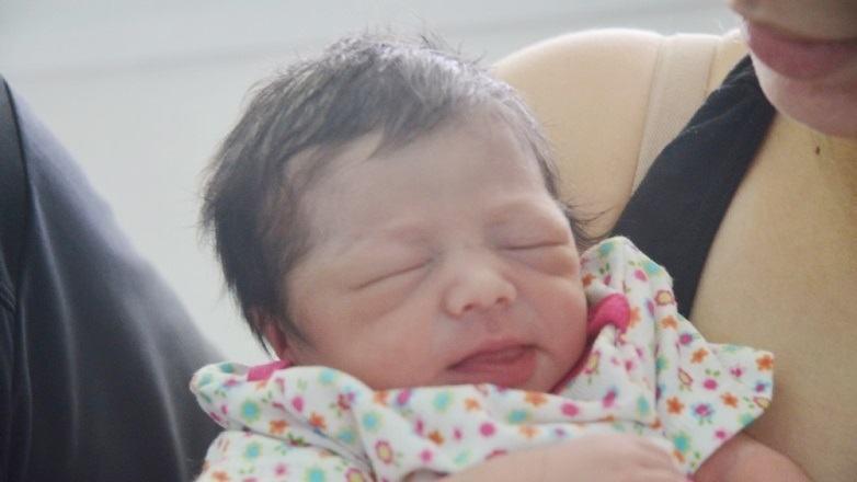 A pequena Laura Yume Boli Uejo, que nasceu às 0h12, com 2.450 kg, 45 centímetros e esbanjando saúde. (Foto: Tião Martins/PMSJC)