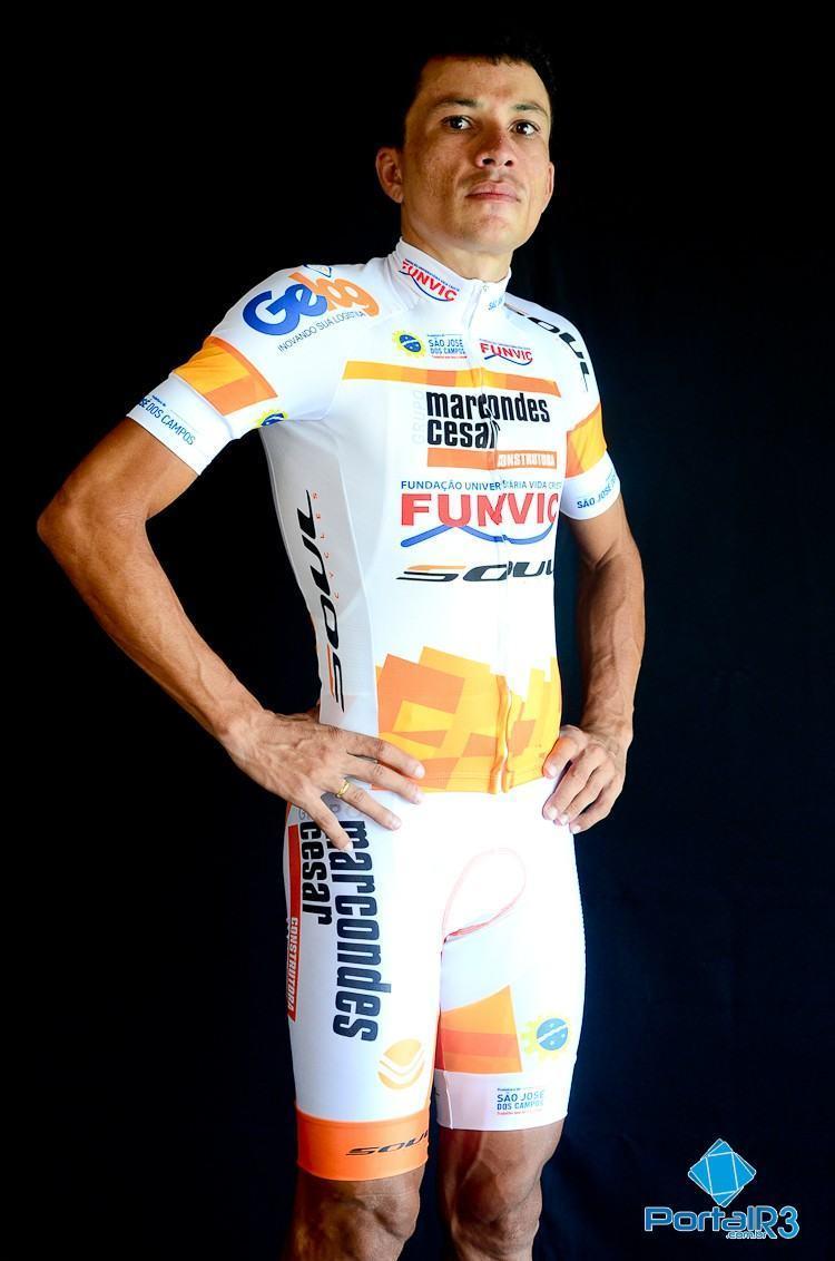 Alex Diniz com o novo uniforme. (Foto: Luis Claudio Antunes/PortalR3)