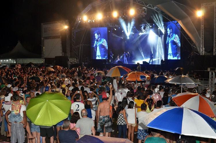 Nem mesmo a forte chuva que caiu antes do show impediu a participação dos fãs. (Foto: Halsey Madeira/PMSS)