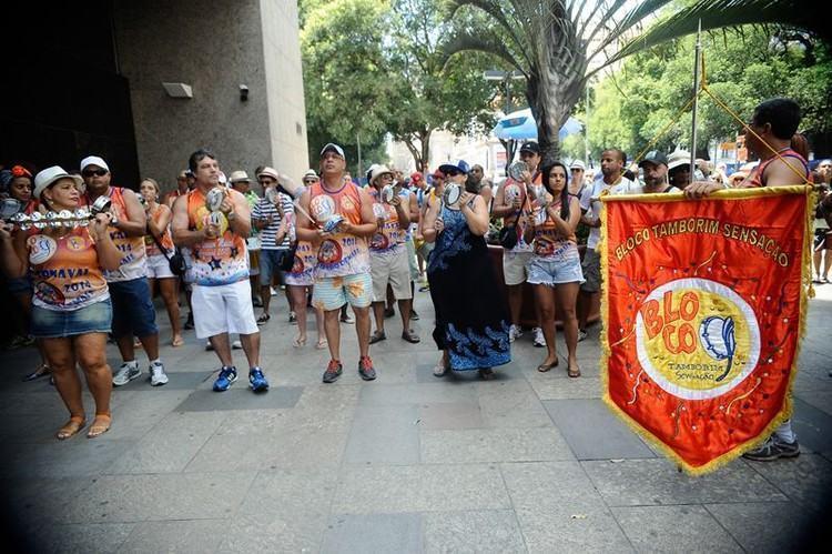 Bloco de rua Tamborim Sensação abre carnaval não oficial na Praça XV, centro do Rio. (Foto: Tomaz Silva/Agência Brasil)