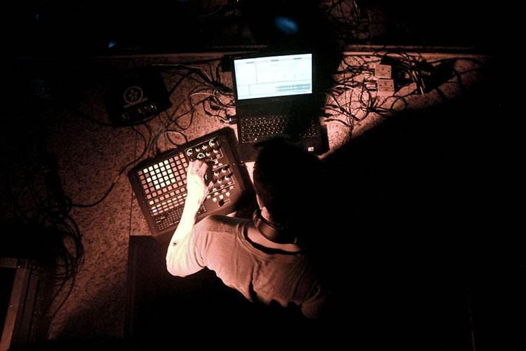 As aulas orientadas por Jovem Palerosi, músico, DJ e produtor musical. (Foto: Renata Prado/Sesc)
