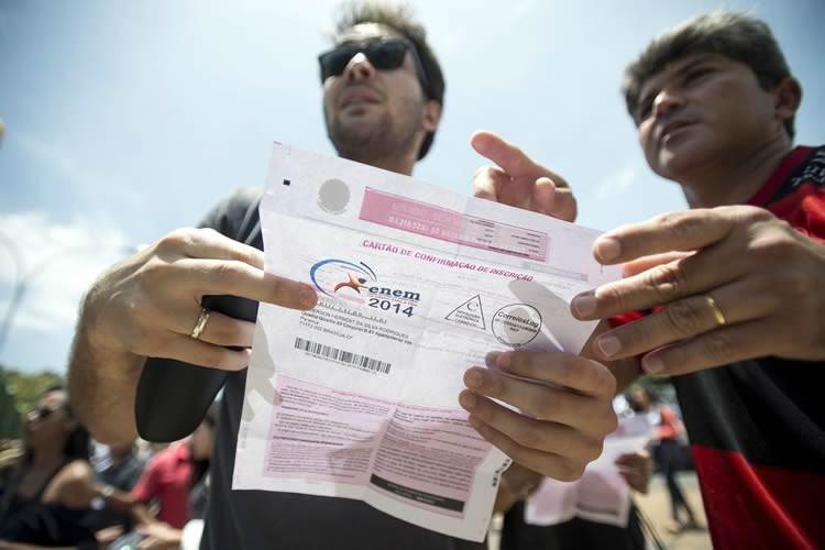 Candidatos chegam a local de provas para o primeiro dia do Enem. (Foto: Marcelo Camargo/Agência Brasil)