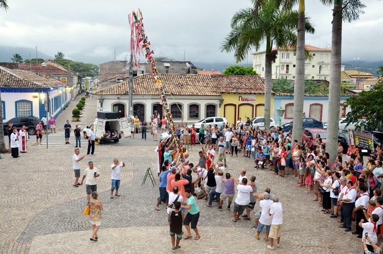 Após benção, mastro é carregado até à frente da Igreja Matriz. (Foto: Halsey Madeira|PMSS)