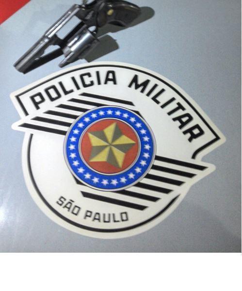 Arma encontrada apreendida foi encontrada no interior da casa. (Foto: Divulgação/PM)