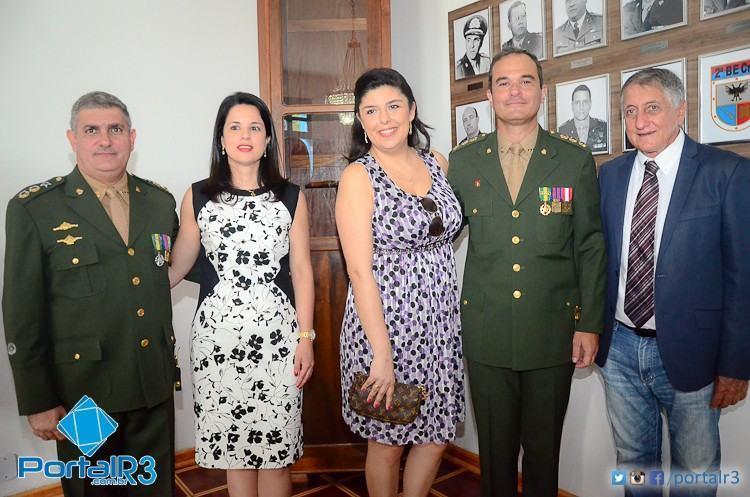 Ten Cel Caum e a esposa Ana Claudia; Cel Maurício e a esposa Camila; e o prefeito de Pindamonhangaba, Vito Ardito Lerario. (Foto: Luis Claudio Antunes/PortalR3)
