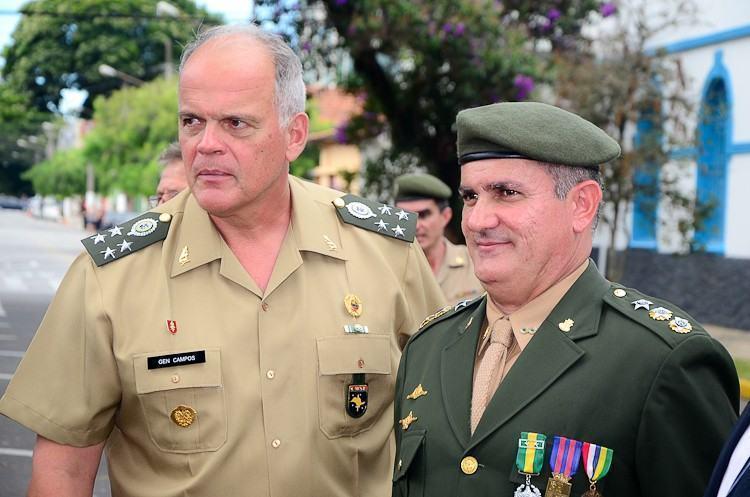 General de Exército, João Camilo Pires de Campos, comandante do CMSE e o Ten Cel Rogério Caum (dir.), novo comandante do 2º BE Cmb. (Foto: Luis Claudio Antunes/PortalR3)