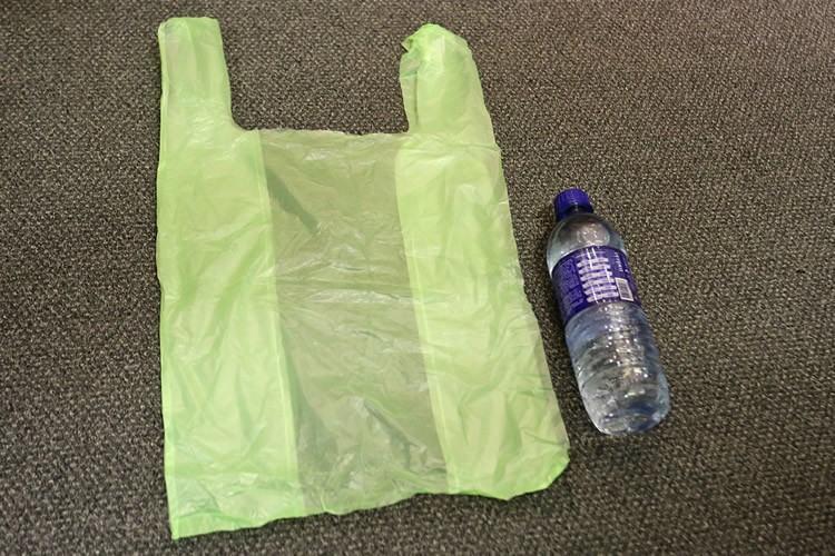 As novas sacolas de supermercado, verdes e maiores que as tradicionais, serão feitas com material renovável e poderão ser usadas somente para descarte do lixo reciclável. (Foto: Fabio Arantes/ Secom/ PMSP)