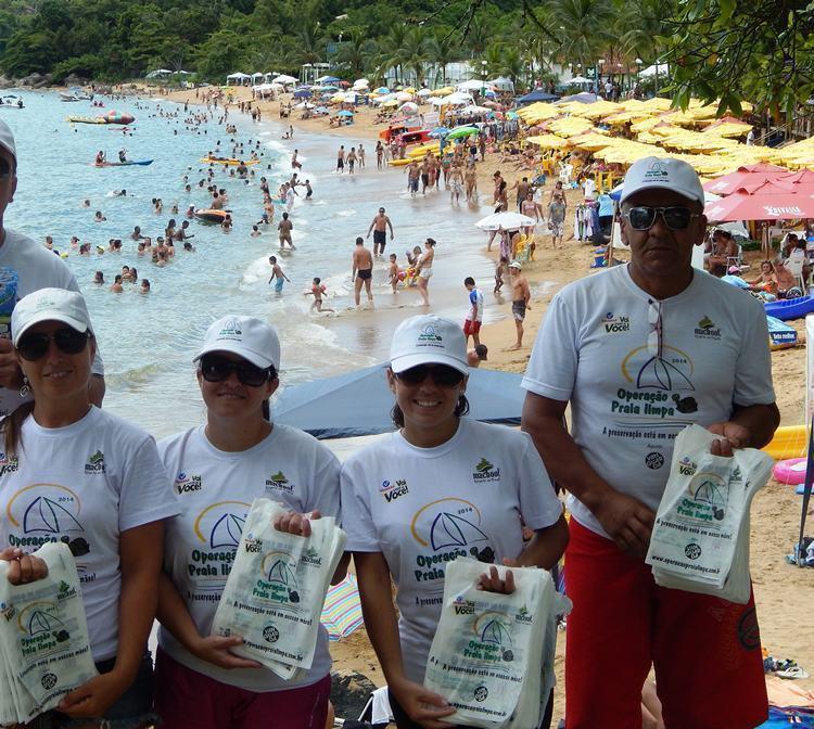A equipe da Operação Praia Limpa percorre toda a Ilha por terra e mar (Foto: Divulgação/PMI)