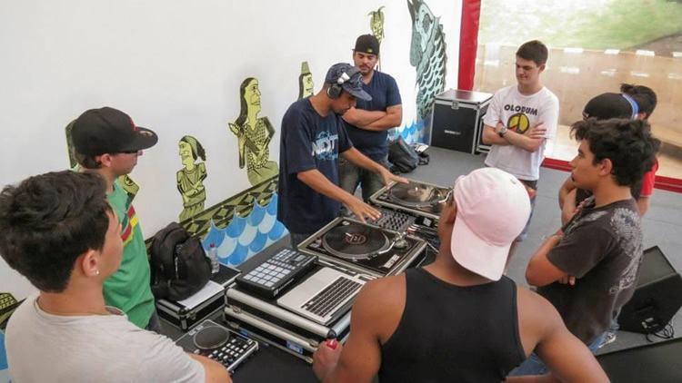 """A oficina """"Hey DJ!"""" tem como proposta mostrar as áreas de atuação do DJ e suas técnicas através da história. (Foto: Divulgação/Sesc)"""