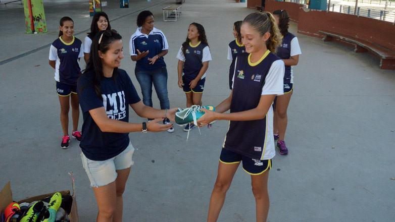 Uma das meninas que recebeu a doação, Isabela Pereira, de 14 anos, ficou feliz com o gesto. (Foto: Tião Martins/PMSJC)