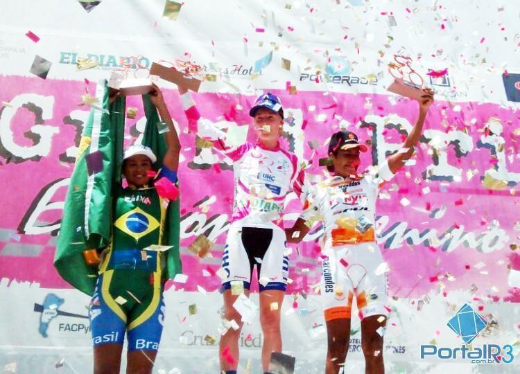 Pódio do 3º Grand Prix Juana Koslay, com as brasileiras Luciene Ferreira em segundo e Clemilda Fernandes em terceiro. (Foto: Ciclismo SJC)