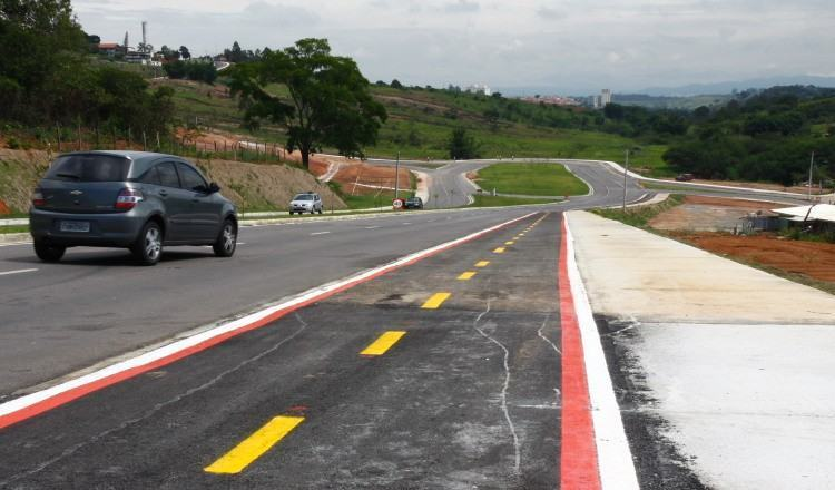 A via tem 1.567 metros de extensão e conta com ciclovia, canteiro central, duas faixas de rolamento em cada sentido e calçadas para pedestres. (Foto: Antônio Basílio/PMSJC)