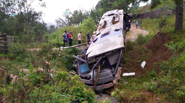 Nove pessoas morreram em um acidente envolvendo um ônibus de turismo na BR-282, em Santa Catarina, deste domingo (11). (Foto: Corpo de Bombeiros de Santa Catarina)