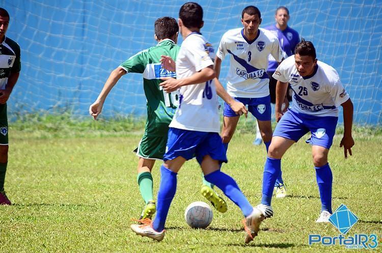 Jogando no campo do Afizp. o Capituba (branco) bateu o Independência por 4 a 0. (Foto: Luis Claudio Antunes/PortalR3)