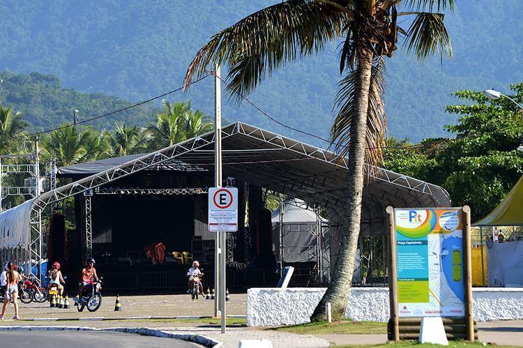 Imagem mostra placa instalada na Praça de Eventos. (Foto: Divulgação/PMU)