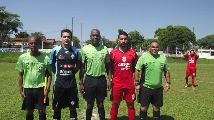 Trio de árbitros e capitães das equipes do Araretama e Mantipê. (Foto: Chico de Paula/PortalR3)