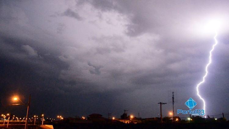 Raio corta o céu em Pindamonhangaba. (Foto: Luis Claudio Antunes/PortalR3)