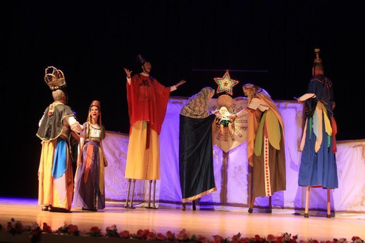 """Encenação do espetáculo """"Nasceu o Menino Deus"""", que abriu a cerimônia de entrega da premiação Mestres da Cultura Viva, na sala Ariano Suassuna, no EducaMais Jacareí. (Foto: Valter Pereira/PMJ)"""