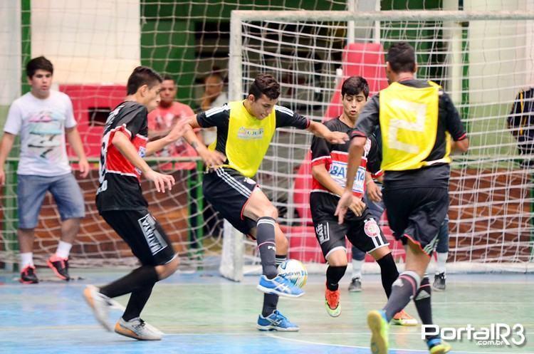 Ipê II, de amarelo, atual campeão da competição, venceu o ddd por 5 a 4 em sua estreia na edição 2015 da Copa Guga de Futsal. (Foto: Luis Claudio Antunes/PortalR3)