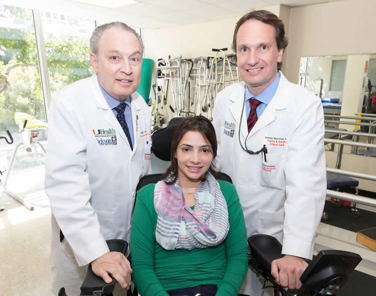 Lais junto com médicos que a trataram ainda nos Estados Unidos. (Foto: Jackson Health System)