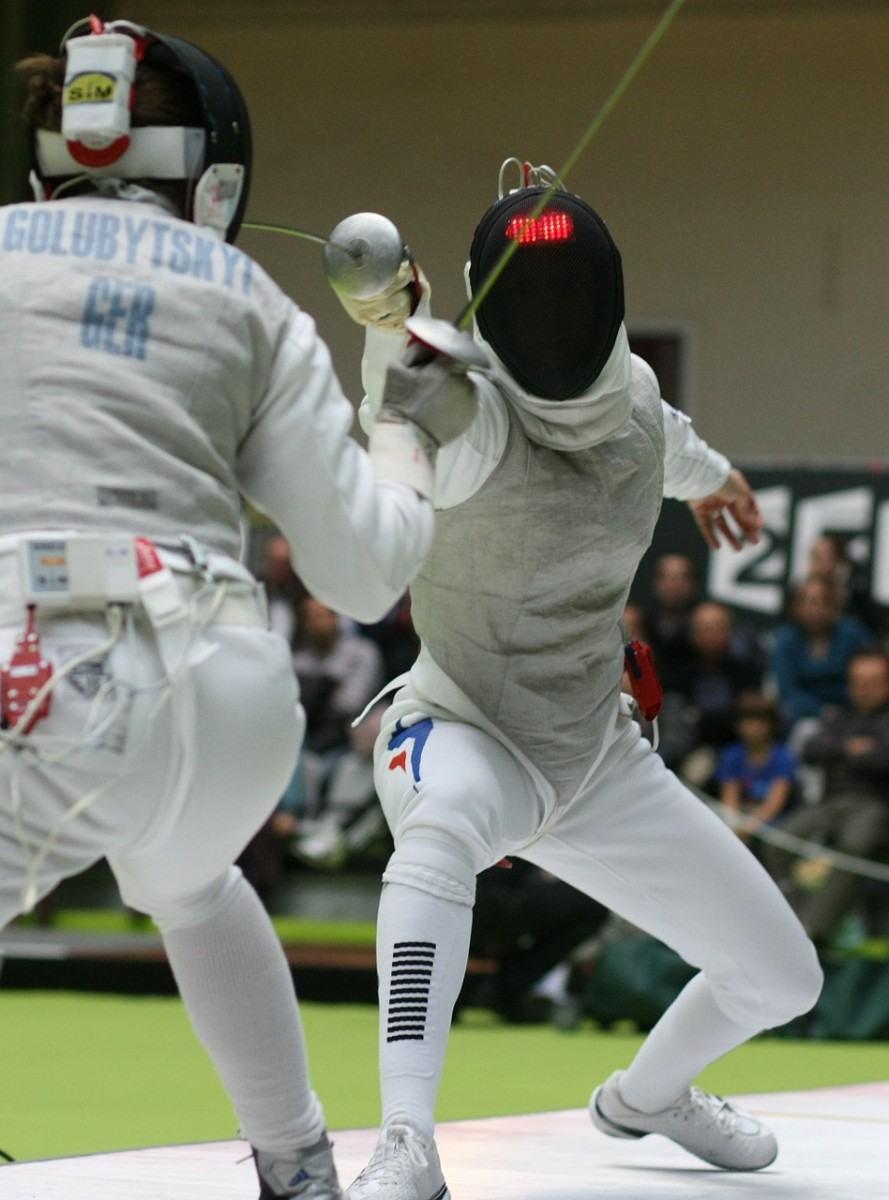 A Academia Paulista de Esgrima apresenta e conduz vivência que aborda as técnicas e movimentos básicos da modalidade. (Foto: Divulgação/Sesc)