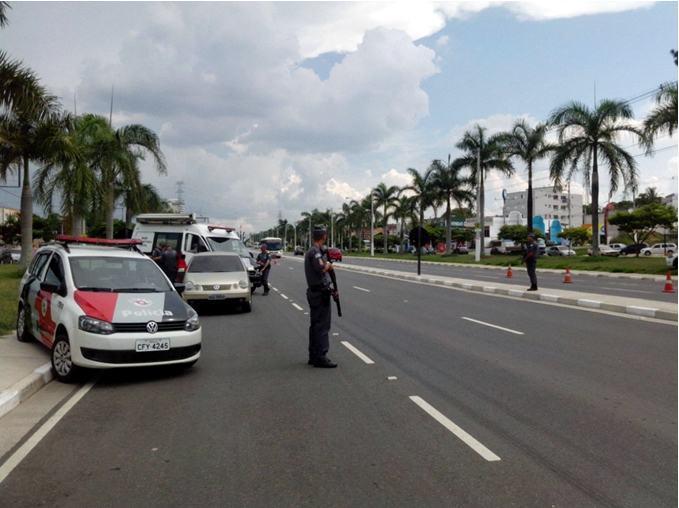 Policiais durante bloqueio na Avenida Nossa Senhora do Bonsucesso, na tarde desta quinta-feira (15). (Foto: divulgação/PM)