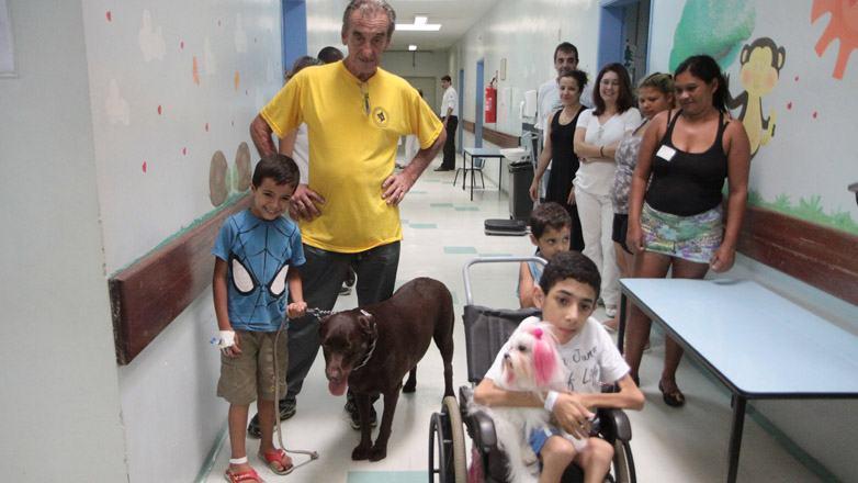 O projeto não ocorre de forma indiscriminada. A primeira regra é a criança querer e gostar de cachorro, além de não ter medo.  (Foto: Charles de Moura/PMSJC)