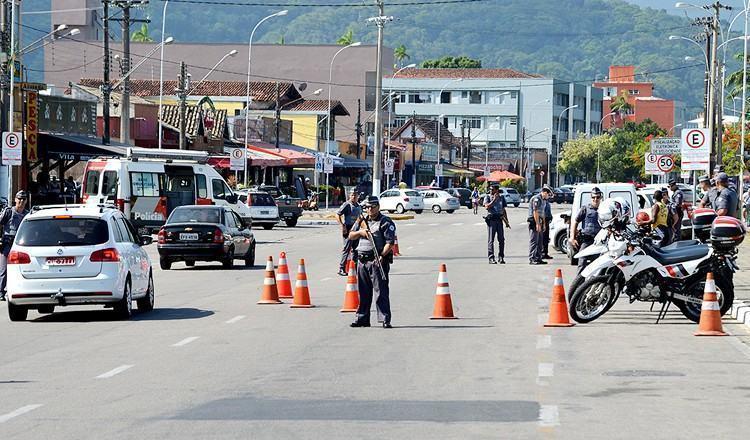 Bloqueio na região central de Ubatuba na tarde desta sexta-feira. (Foto: divulgação/PMP)
