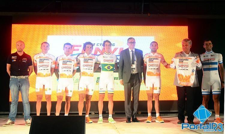 Equipe durante cerimônia de apresentação realizada no domingo (18). (Foto: Luis Claudio Antunes/PortalR3)
