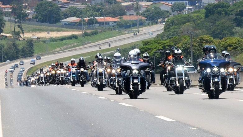 Com saída pela manhã de São Paulo, o grupo chegou pela Rodovia Carvalho Pinto e, da Tamoios seguiu pelas avenidas Jorge Zarur, São João e Cassiano Ricardo. (Foto: Tlião Martins/PMSJC)