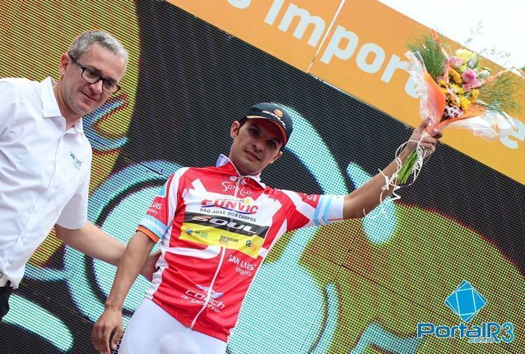 Kleber Ramos, o Bozó, com a camisa de líder de Montanha do Tour de San Luis. (Foto: Luis Claudio Antunes/PortalR3)