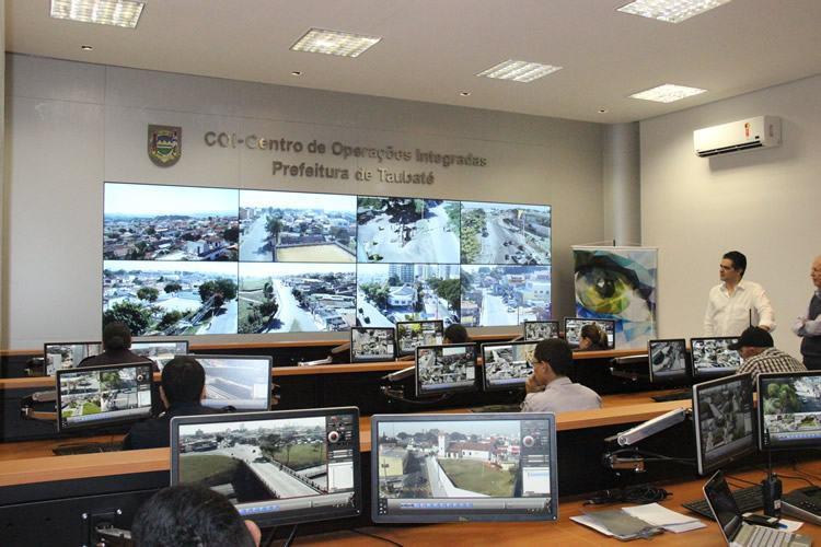Com 100 câmeras de altíssima tecnologia que vigiam 24h diversos pontos da cidade, o COI é uma central de monitoramento que integra o trabalho das forças de segurança da cidade. (Foto: Divulgação/PMT)