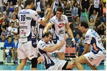 O jogador Lipe comemora a vitória do Taubaté (Foto: Jonas Barbetta/ Tuddo Comunicação)