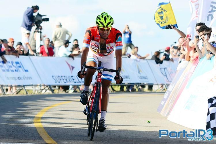 Dani Díaz cruza a linha de   chegada e aumenta sua vantagem na liderança do Tour de San Luis. (Foto: Luis Claudio Antunes/PortalR3)
