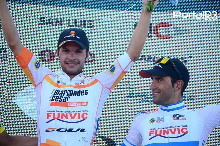 Kleber Ramos comemora vitória na 6ª etapa do Tour de San Luis, ao lado do líder geral e seu companheiro de equipe, Daniel Díaz. (Foto: Luis Claudio Antunes/PortalR3)